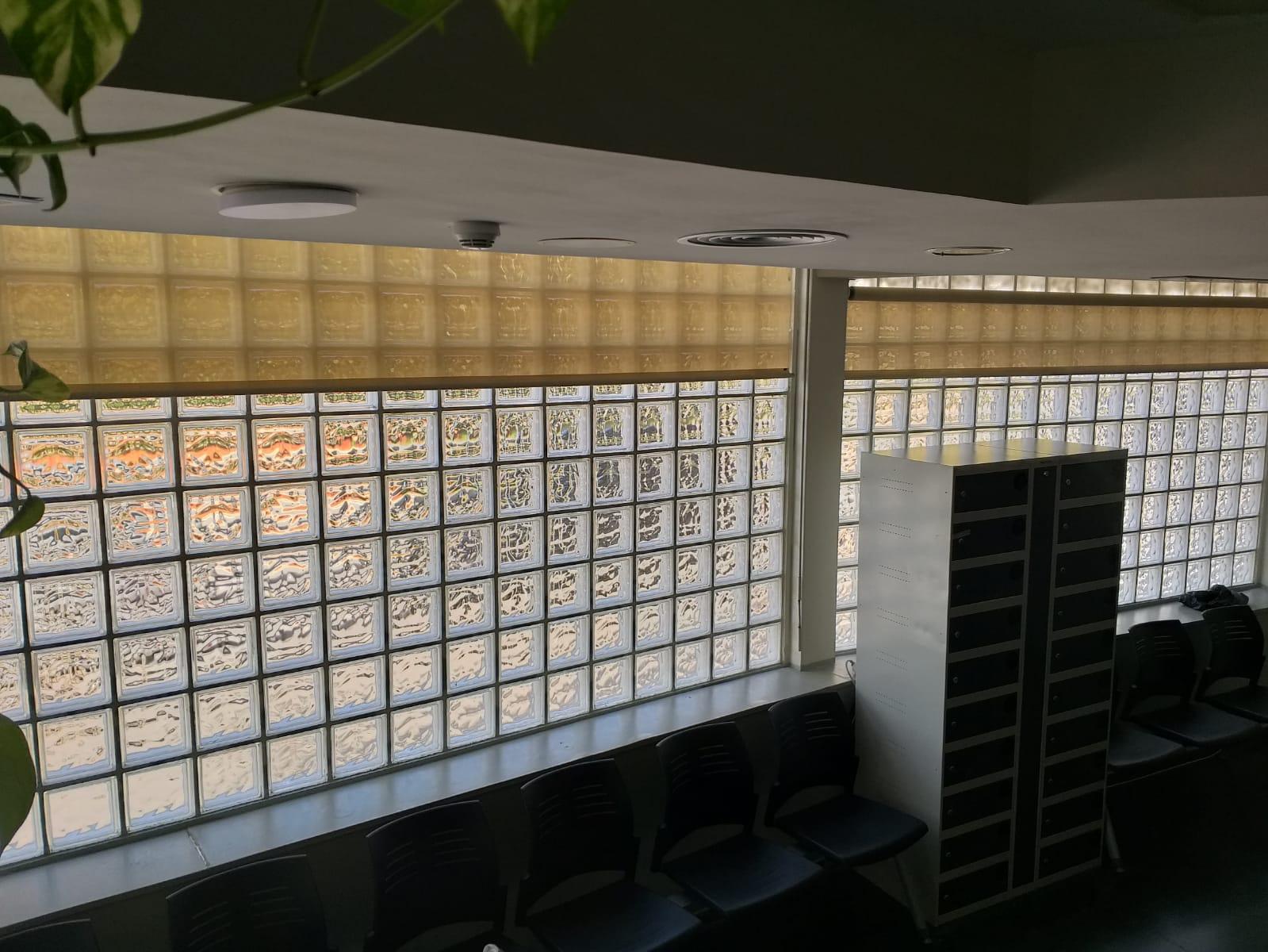 Limpieza de Screens en edificio público, zona Horta
