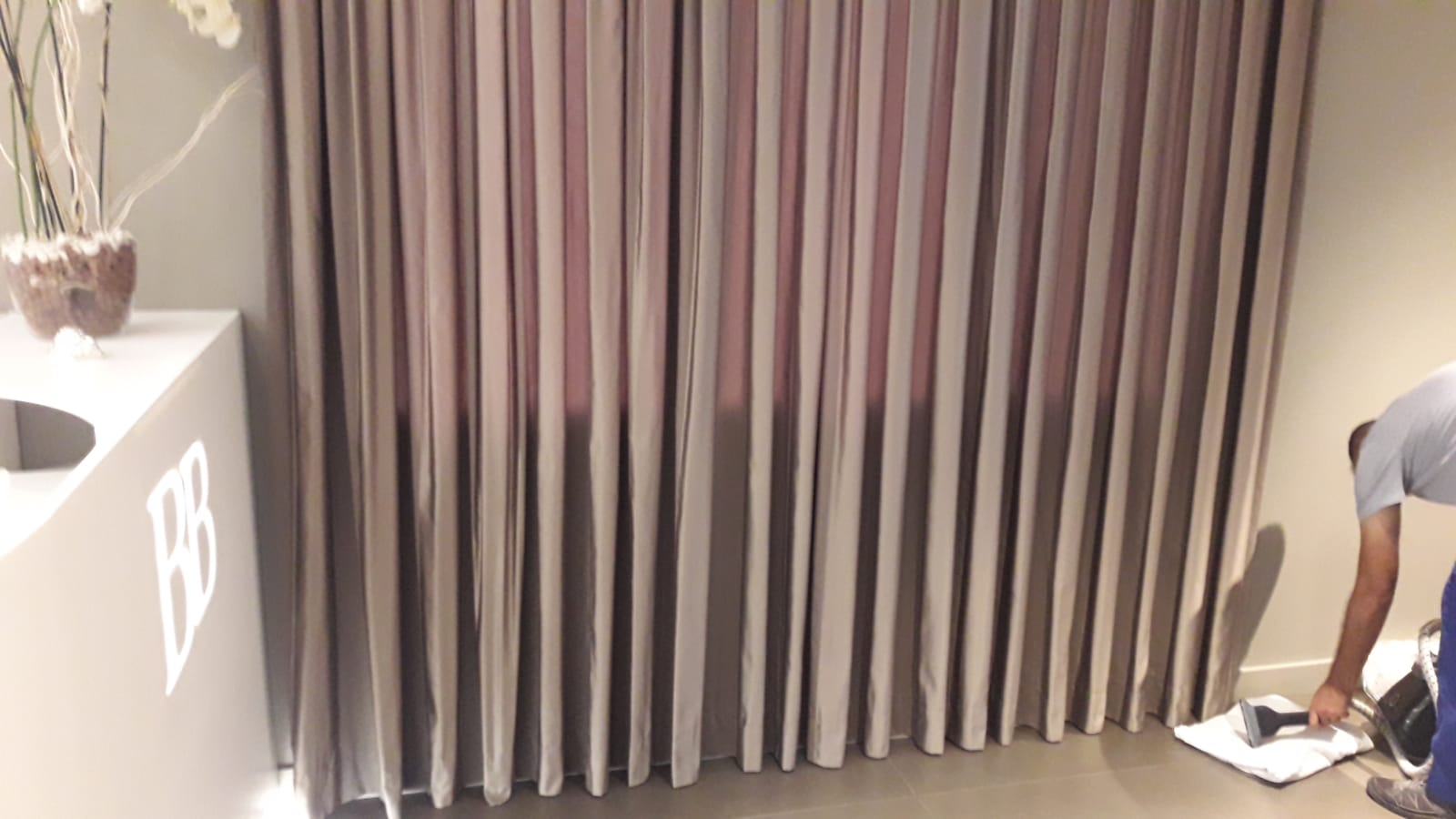Desmontaje, limpieza y colocación de todo tipo de cortinas.