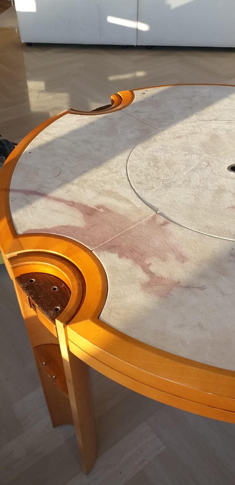 Antes y después de limpieza mesa póker manchada de vino