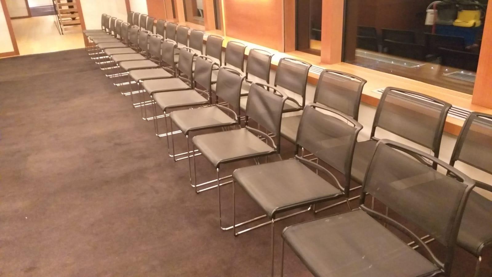 gran volumen de sillas y abrillantado de suelos